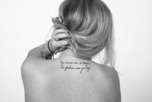 女子|首の後ろのタトゥー