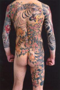 背中の虎の刺青・和彫りのタトゥー