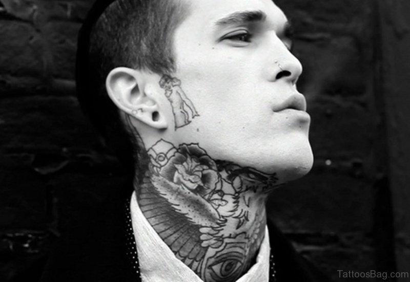 おしゃれな首のタトゥーの男性