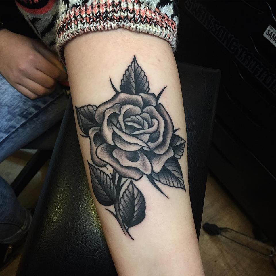シェディングが綺麗なバラのタトゥー