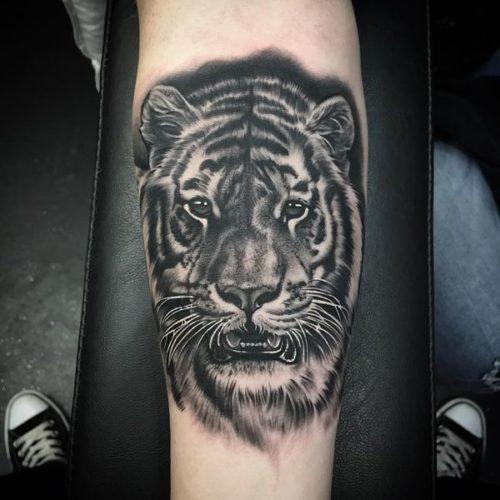 ブラックアンドグレイ トラのタトゥー