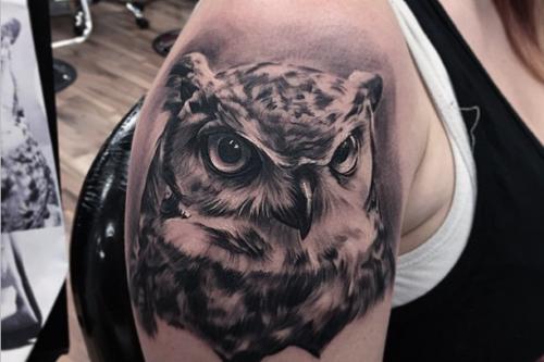 フクロウのタトゥー ブラックアンドグレイ