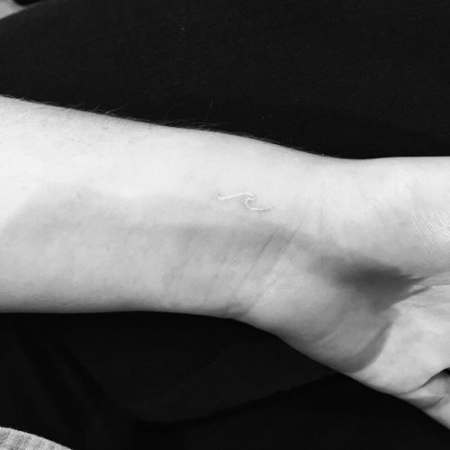 手首のホワイトタトゥー