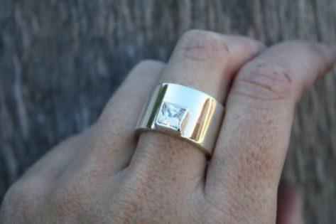 指輪でタトゥーを隠す