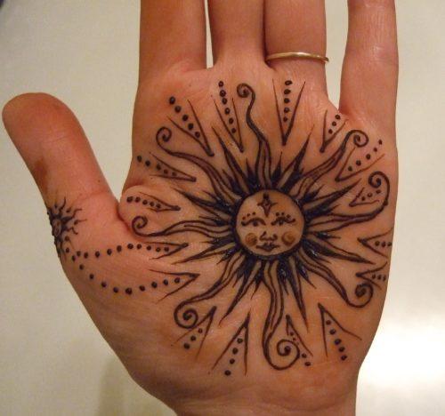 手の平のヘナタトゥー 太陽