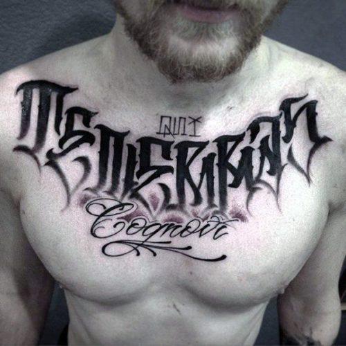 胸元のレタリングタトゥー
