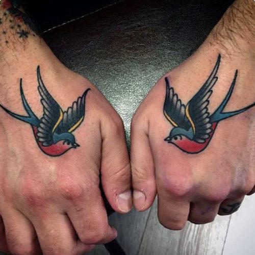 手のツバメのタトゥー