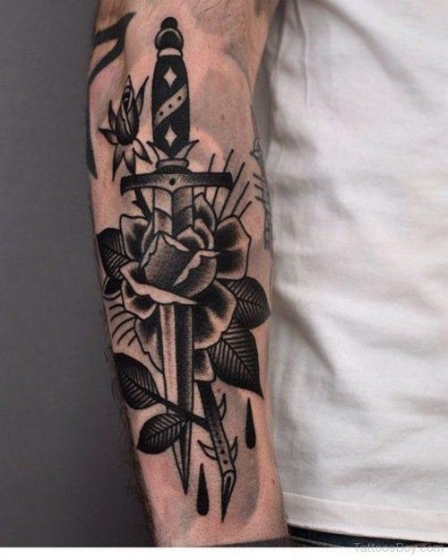 薔薇とダガーのタトゥー