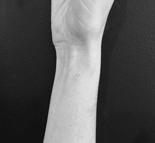 手首のワンポイントタトゥー