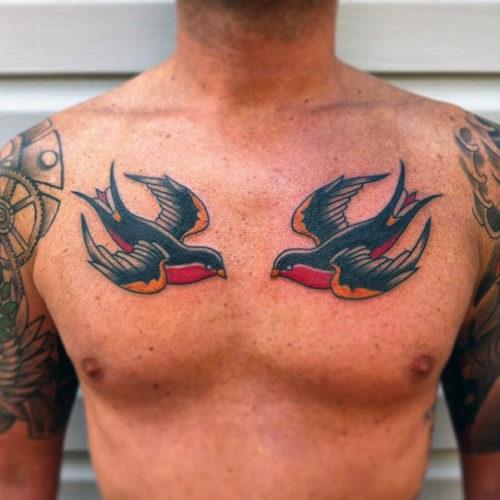 両胸のツバメのタトゥー