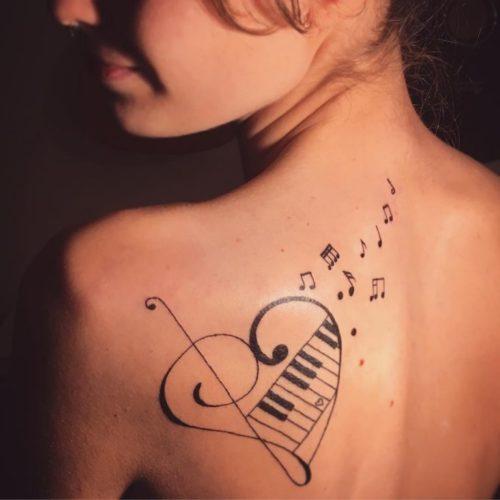 背中・音符のタトゥー