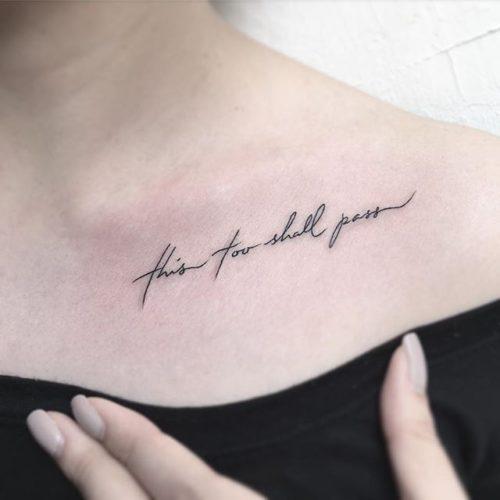 女性|鎖骨のレタリングタトゥー