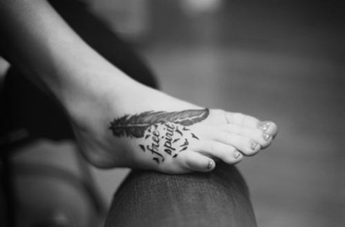 女性|足首のレタリング(文字)と羽根(フェザー)のタトゥー