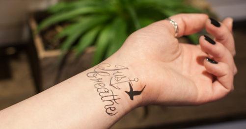 手首のレタリングタトゥー