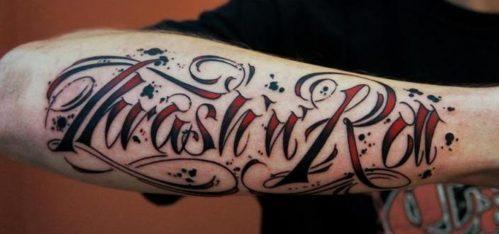 腕のレタリングタトゥー