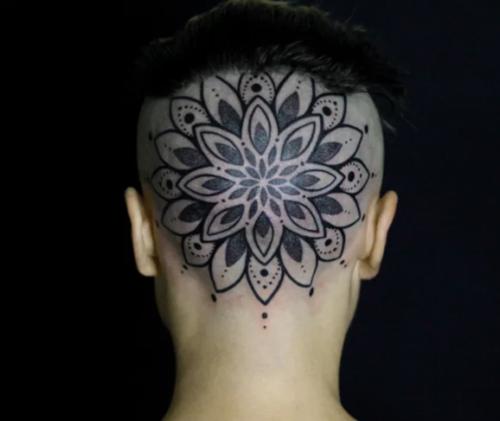 後頭部の曼荼羅タトゥー