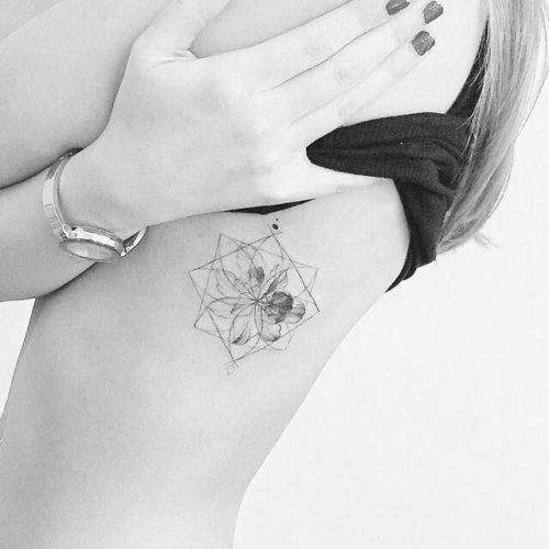 女性|脇腹のジオメトリックタトゥー