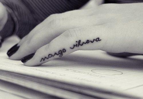 女性|指のレタリング(文字)タトゥー