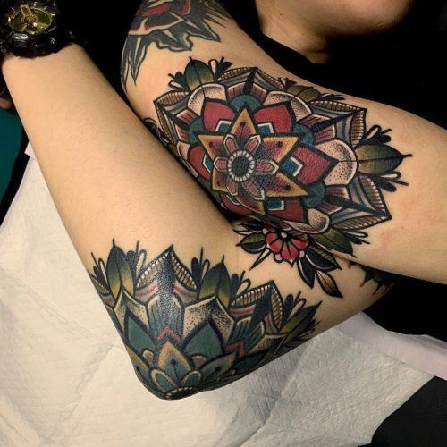 肘の曼荼羅タトゥー