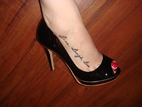 女性|足の甲のレタリングタトゥー
