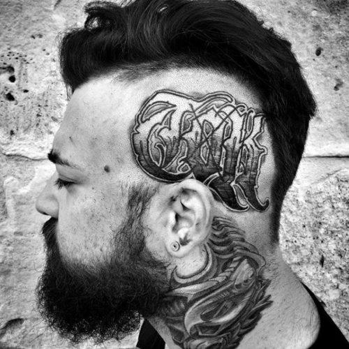側頭部の文字のタトゥー