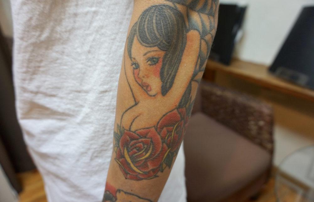 女性のトラディショナルタトゥーとバラ