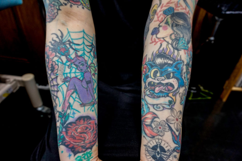 両腕のカラータトゥー