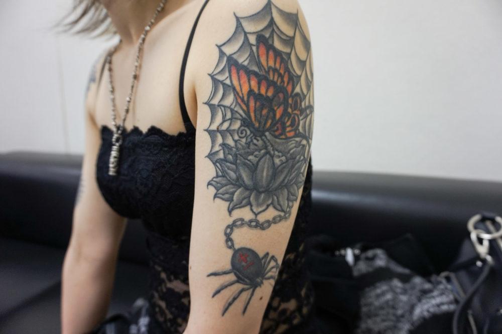 肩のタトゥー|蜘蛛と巣と蝶