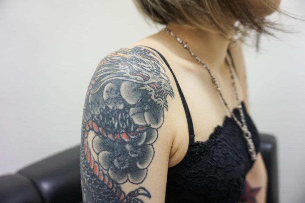 肩の刺青・和彫りの龍