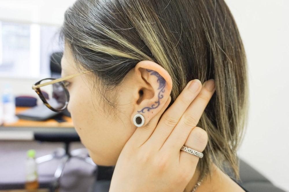 女性|耳のタトゥー