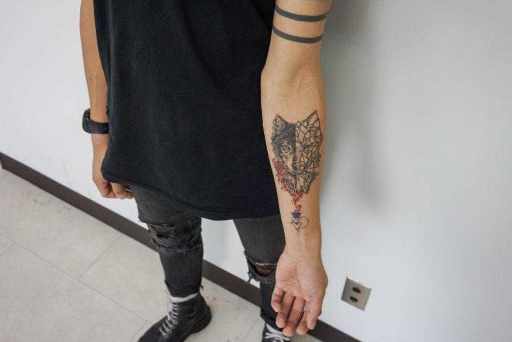 腕の狼のジオメトリックタトゥー