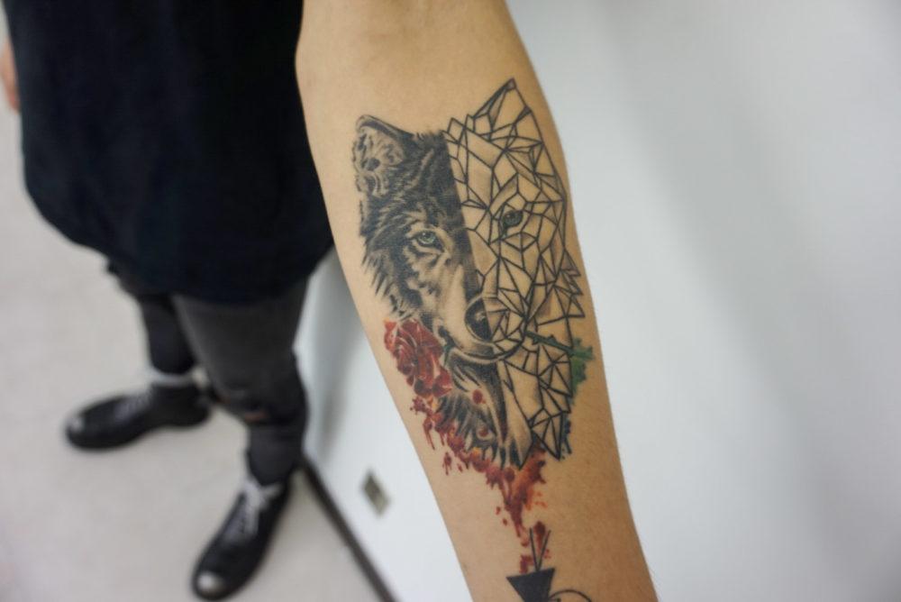 ジオメトリックの狼と水彩のタトゥー