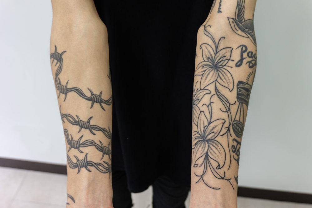 両腕のブラックアンドグレイタトゥー