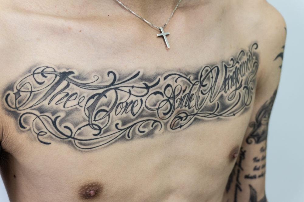 胸のレタリングタトゥー