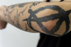 肘 タトゥー