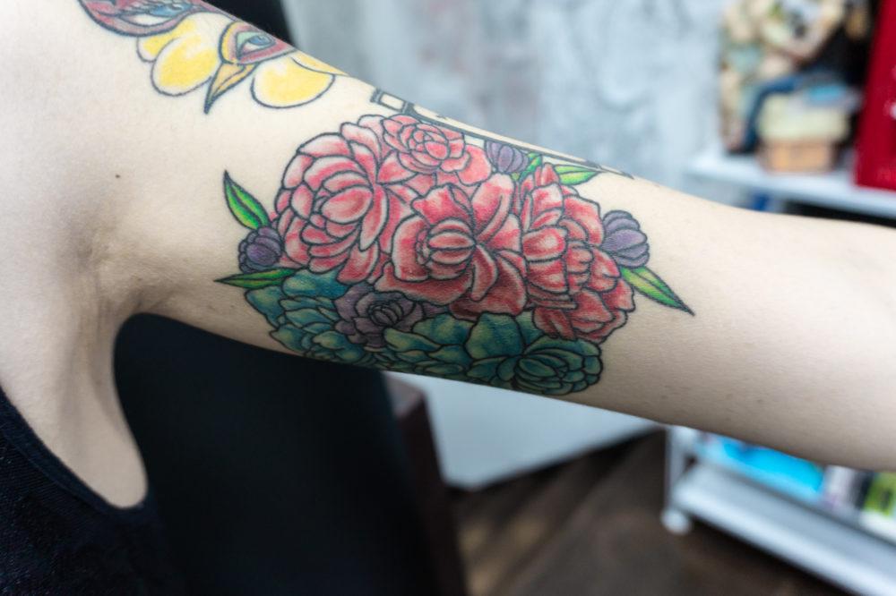 二の腕の花のタトゥー・刺青