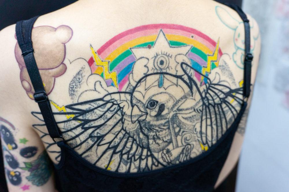 背中の大きなツバメのタトゥー