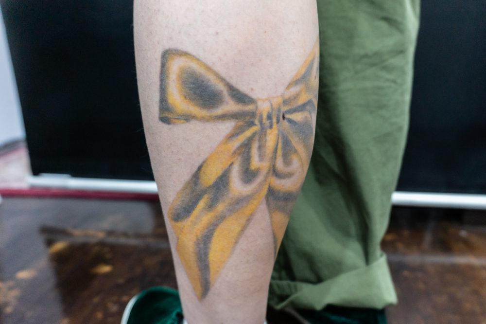 黄色いリボンのタトゥー
