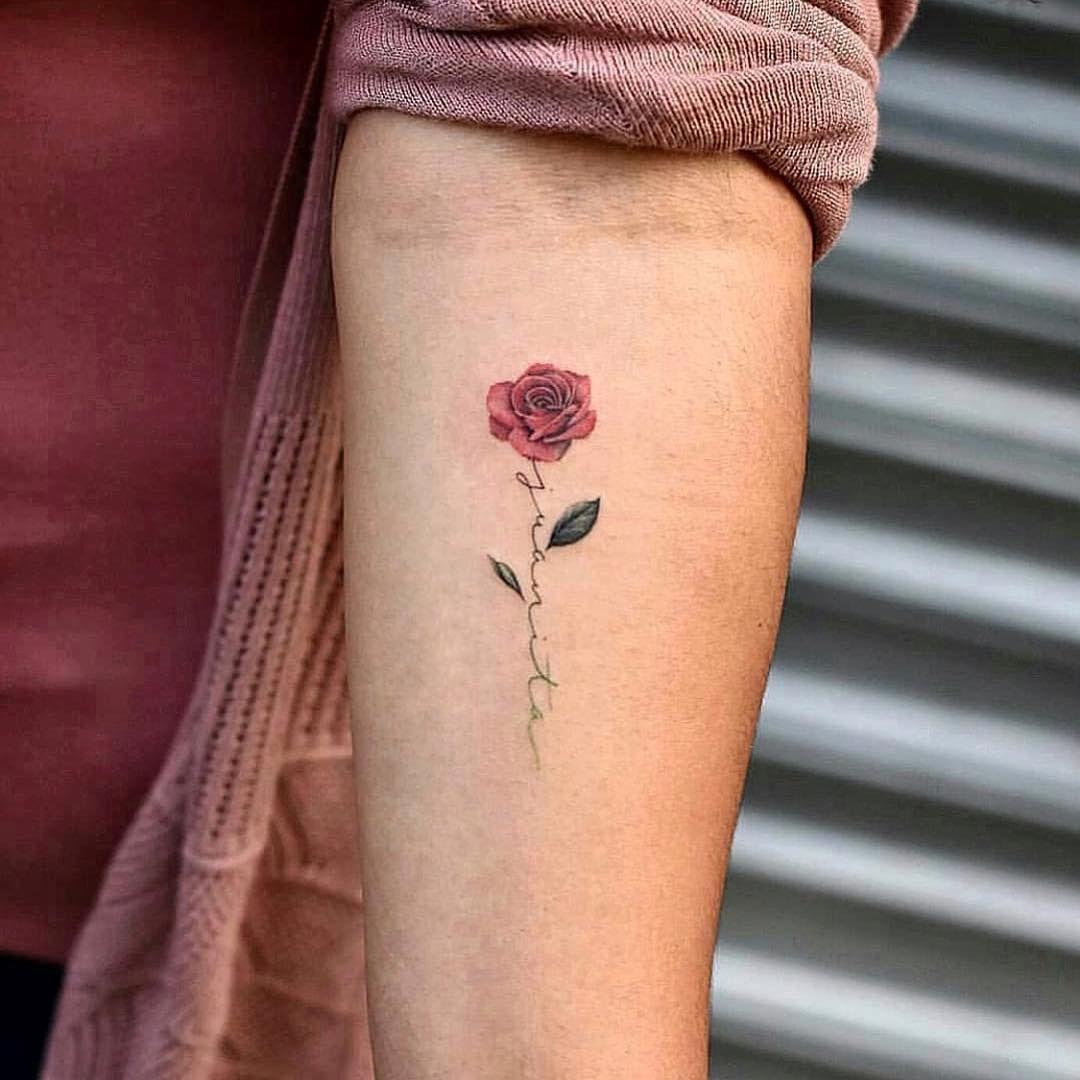 バラとレタリング(文字)のタトゥー
