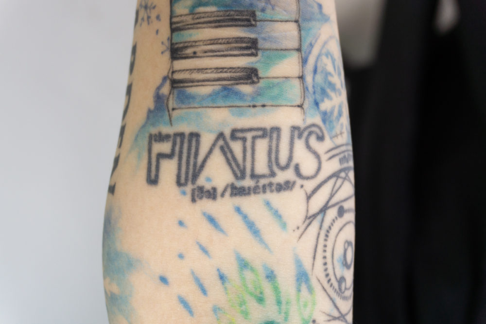 the HIATUS ロゴのタトゥー