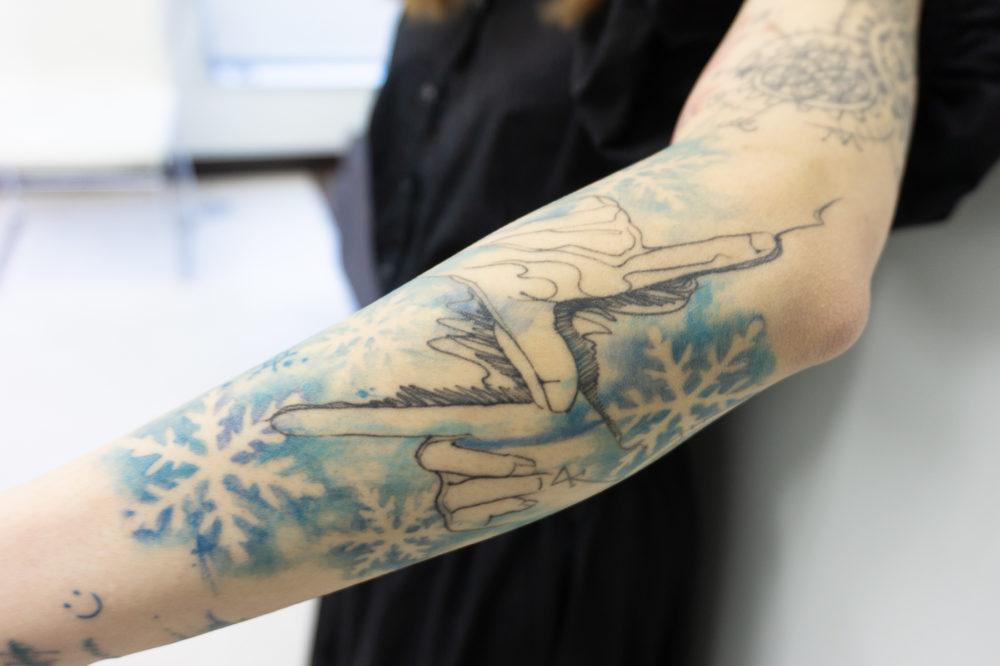 バンドのロゴのタトゥー