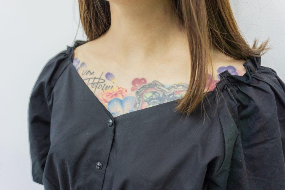 胸 花のタトゥー