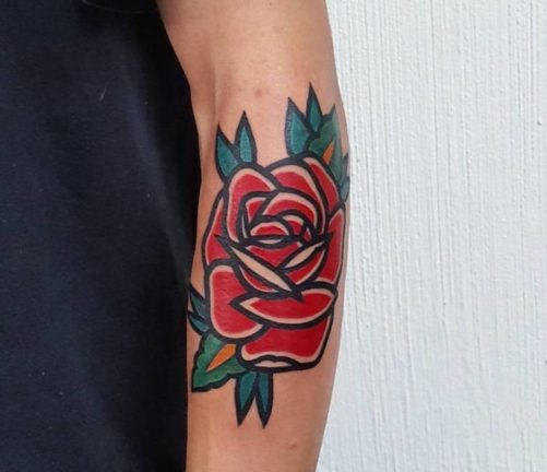 塗りの多いバラのタトゥー