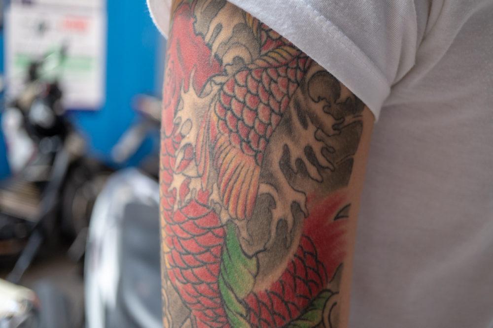 タイの男性|鯉とスカルのタトゥー