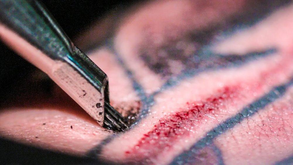 タトゥーとリスク|血の出ている写真