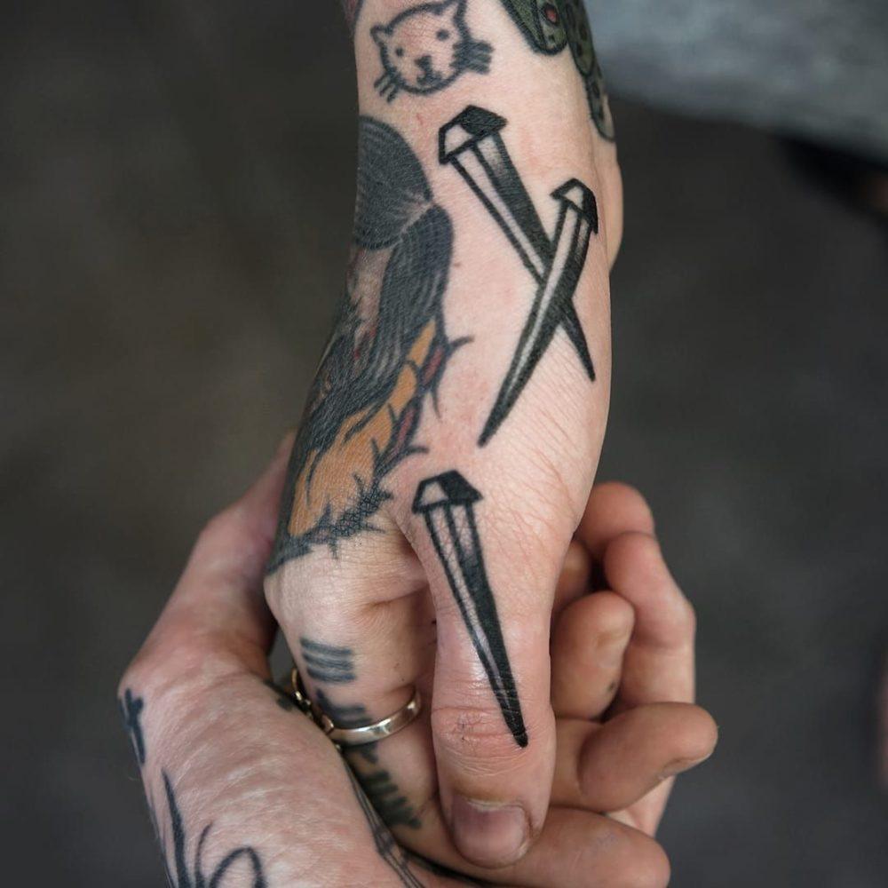 釘のタトゥー|ブラックトラディショナル