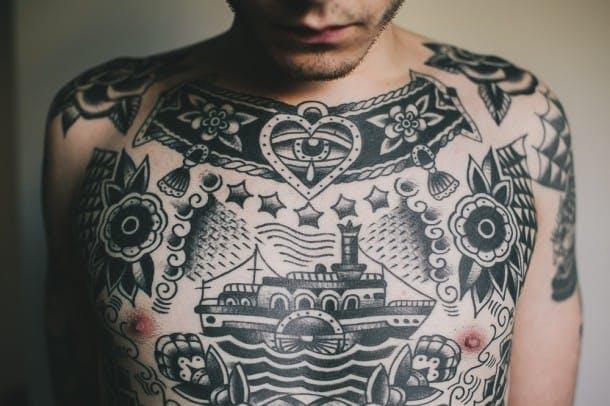 胸のブラックトラディショナルタトゥー