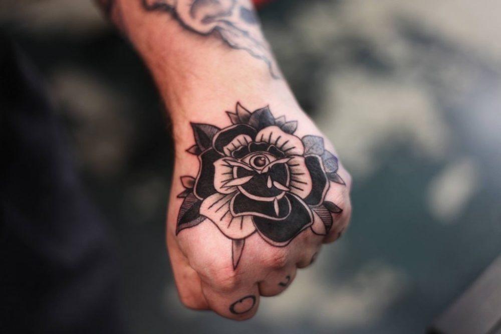 手の甲に薔薇|ブラックトラディショナルタトゥー