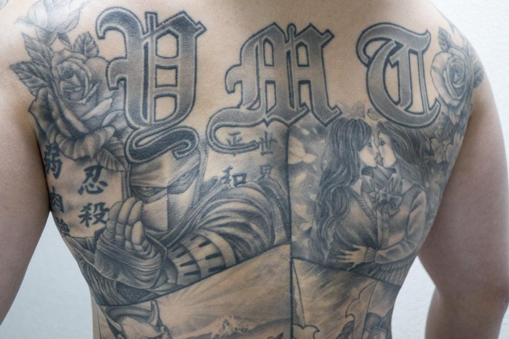 タトゥー・刺青|チカーノ風ブラックアンドグレイのバックピース
