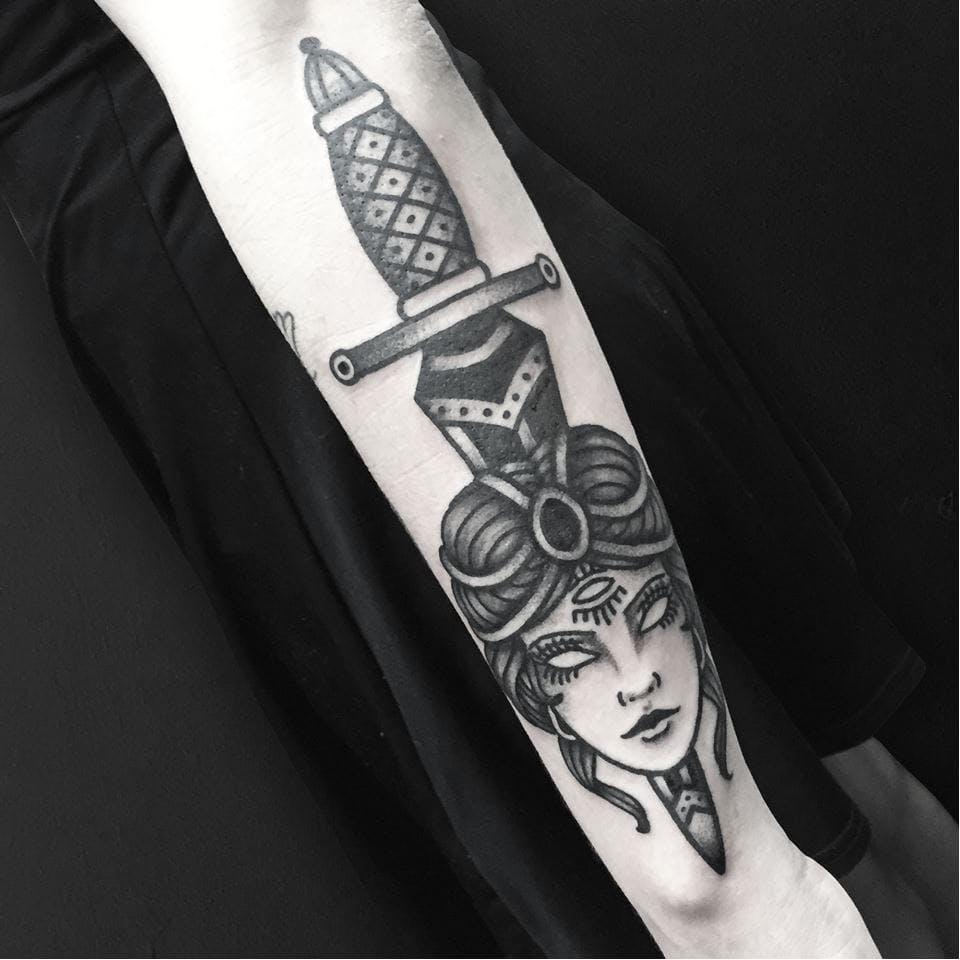 腕|ブラックトラディショナルのダガータトゥー